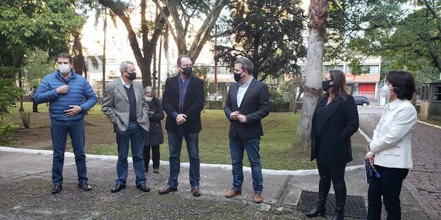Ex-secretário Covatti Filho, ao centro, de camisa branca, recepcionou entidades e servidores para acompanharem na secretaria o anúncio da OIE | Foto: Thais D´Ávila/Divulgação/CP