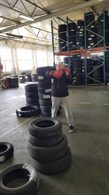 Pan Jarek z Activ Team dla Mężczyzn nie próżnuje. Trenuje nawet w pracy i nie ma problemu ze znalezieniem miejsca do ćwiczeń!