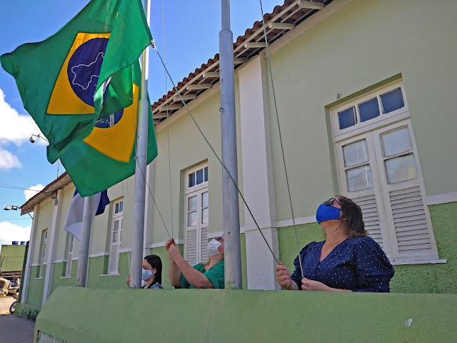 7 de Setembro: Em Bom Jardim - PE é realizado o hasteamento das bandeiras em frente a prefeitura do município