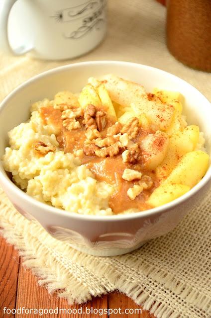 Zimowe śniadanie dobrze gdy jest na ciepło. W takiej sytuacji najlepszą opcją jest jaglanka bo nie dość, że rozgrzewa, to jeszcze daje solidną porcję zdrowia (idealny posiłek podczas przeziębienia). My uwielbiamy pod każdą postacią :)  Zimowa wersja jaglanki jest z dodatkiem prażonych jabłek oraz pysznego sosu na bazie masła orzechowego, syropu klonowego i soku z cytryny.