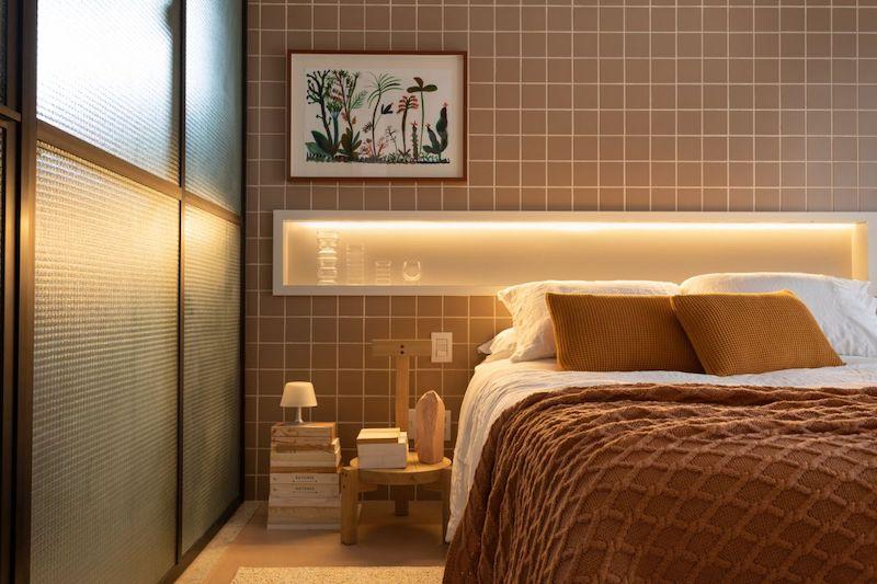 Separar habitaciones con muebles en lugar de con paredes: dormitorio moderno con puerta de vidrio y metal.