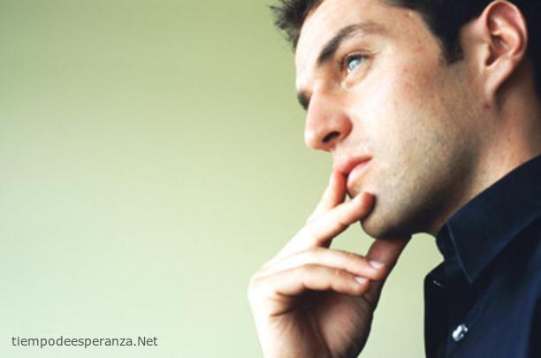 Hombre pensando sobre la vida