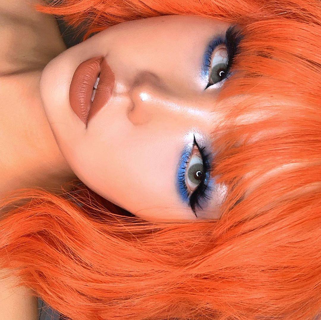 Maquiagem delineado azul neon
