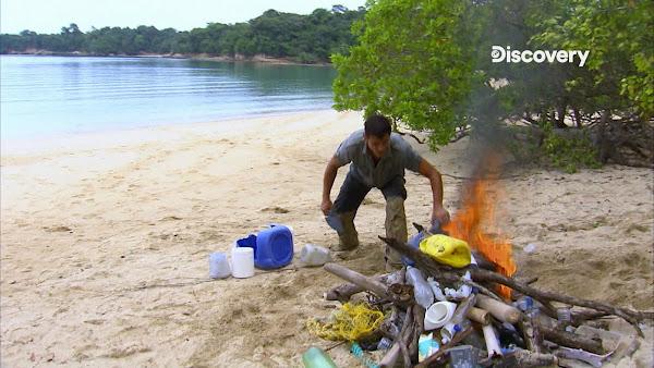 前美國陸軍特種部隊生存專家麥可霍克和他的電視記者太太露絲.在巴拿馬荒島上受困了4天,夫妻倆的救命恩人竟是燃燒塑膠袋產生的大量黑煙