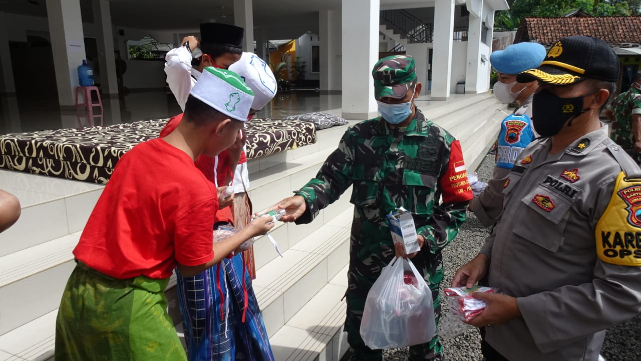 Solid Bersinergi, TNI-Polri di Banyumas Baksos di Pondok Pesantren