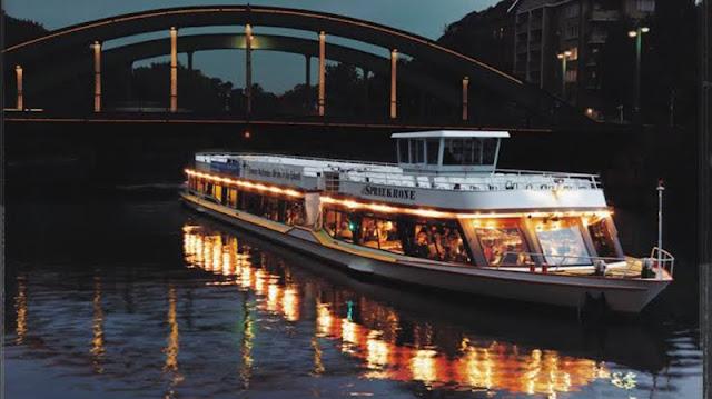Embarcação no passeio de barco ao anoitecer em Berlim