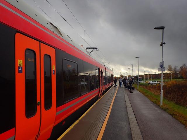 Pociąg na stacji kolejowej w Torp (Lufthavn Torp)