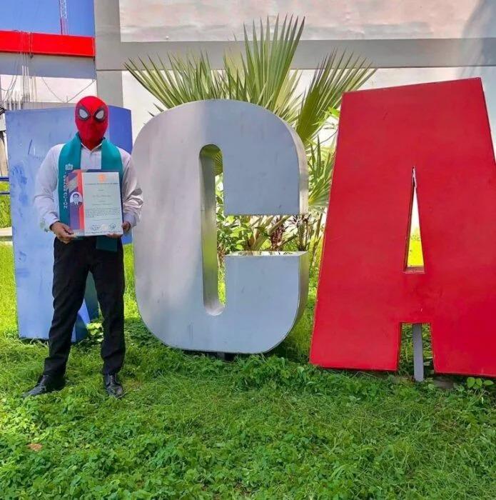 Joven mexicano se titula vestido como el héroe Spider-Man