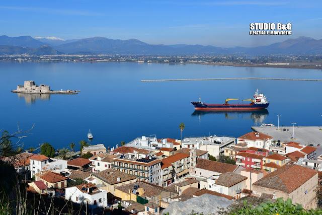 Προσάραξε φορτηγό πλοίο στο λιμάνι του Ναυπλίου