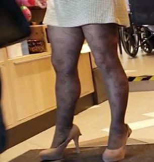 Guapa mujer piernas sexys vestido corto