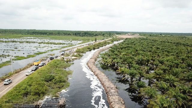 Tanggul Perusahaan Sebabkan Banjir Jalan Sepucuk