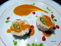 Redondo de Pollo relleno de esparragos y mousse de gambas con salsa de mostaza