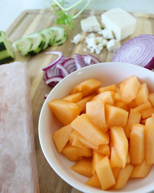 Ensalada de melón en tabla de sal del Himalaya