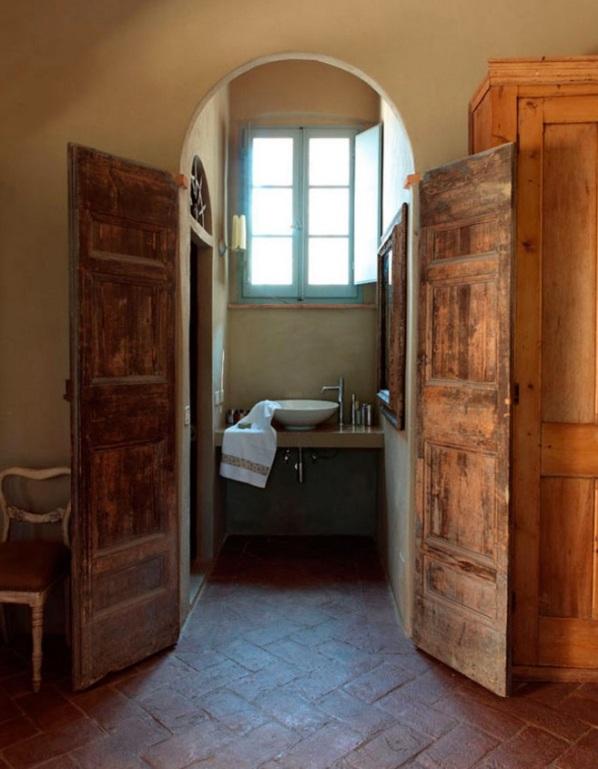 viejas puertas recuperadas para acceder al baño chicanddeco