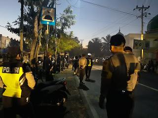 Puluhan Petugas Gabungan Tutup Paksa Pasar Pengkores Kecamatan Kopang