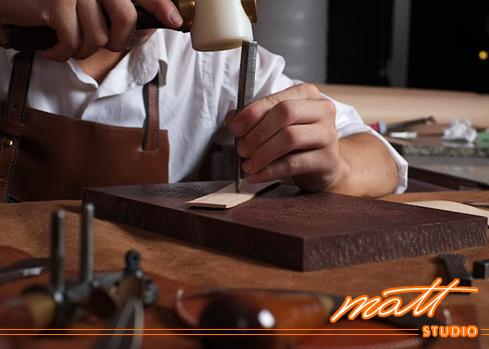 在Matt Studio,我們渴望營造出一個專業的創作基地, 毫無保留地傳授製革技藝、腦力激盪各種創新想法。手作藝革體驗  適合入門新手在輕鬆的手作中,體驗皮革的生命力, 完成實用的成品之餘,也能感受手巧心靈的快樂。