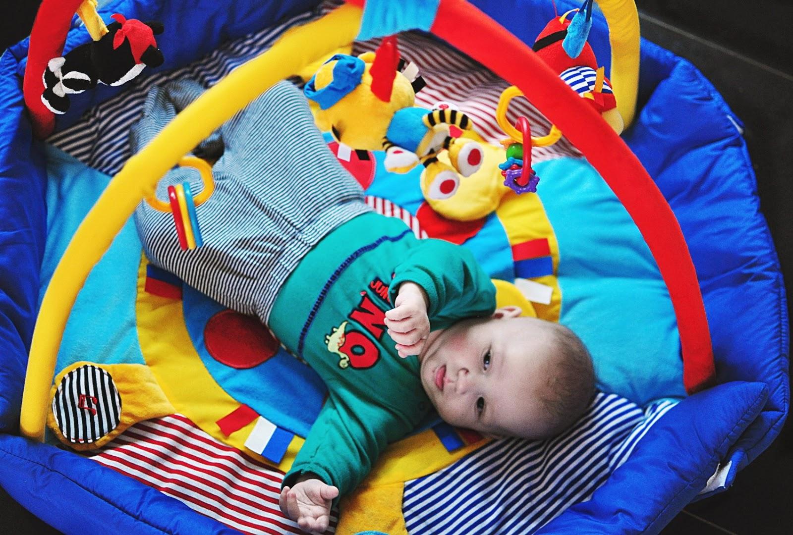 mata-edukacyjna-na-podłogę_prezent-dla-niemowlaka