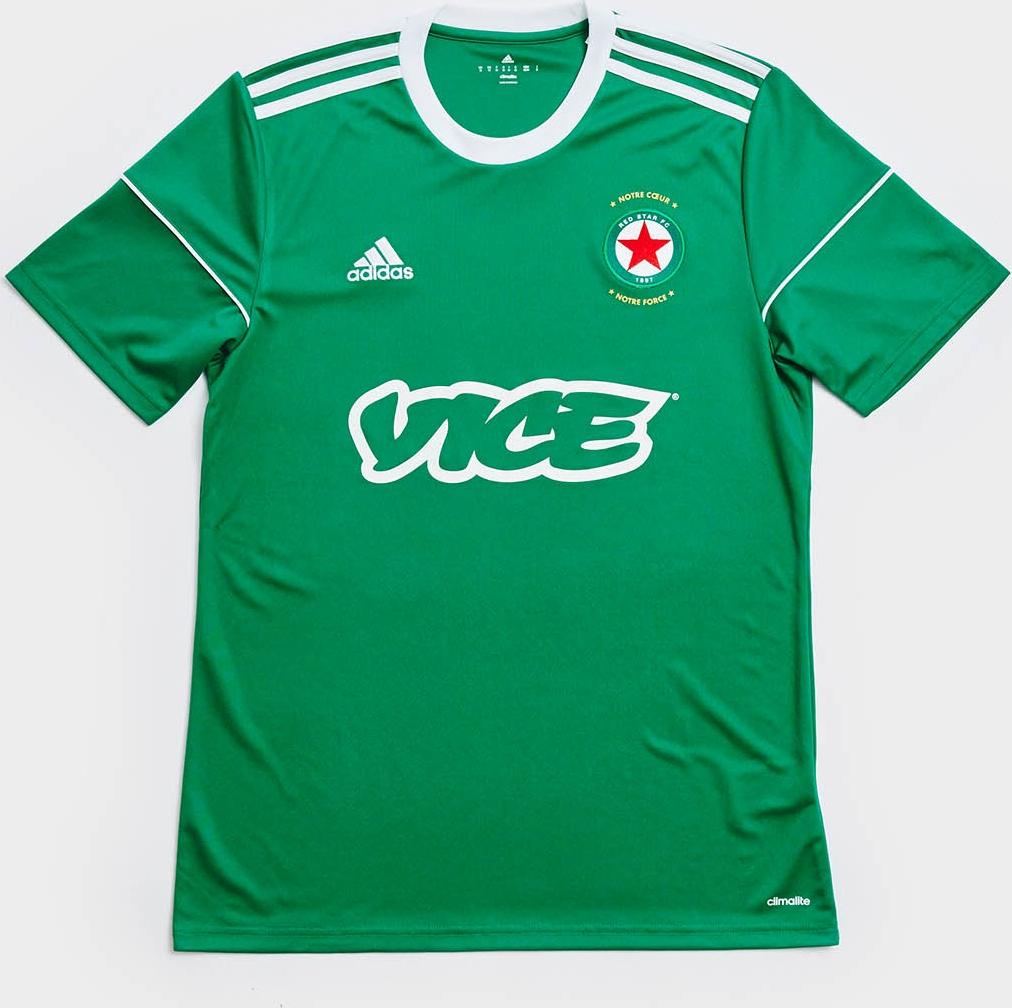 O modelo titular é predominantemente verde com a cor branca aparecendo na  gola 04f18051467c5