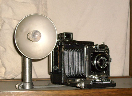 Kamera jadul dengan bohlam flash