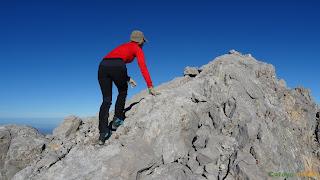 En la cima del Neverón de Urriellu en los Picos de Europa.