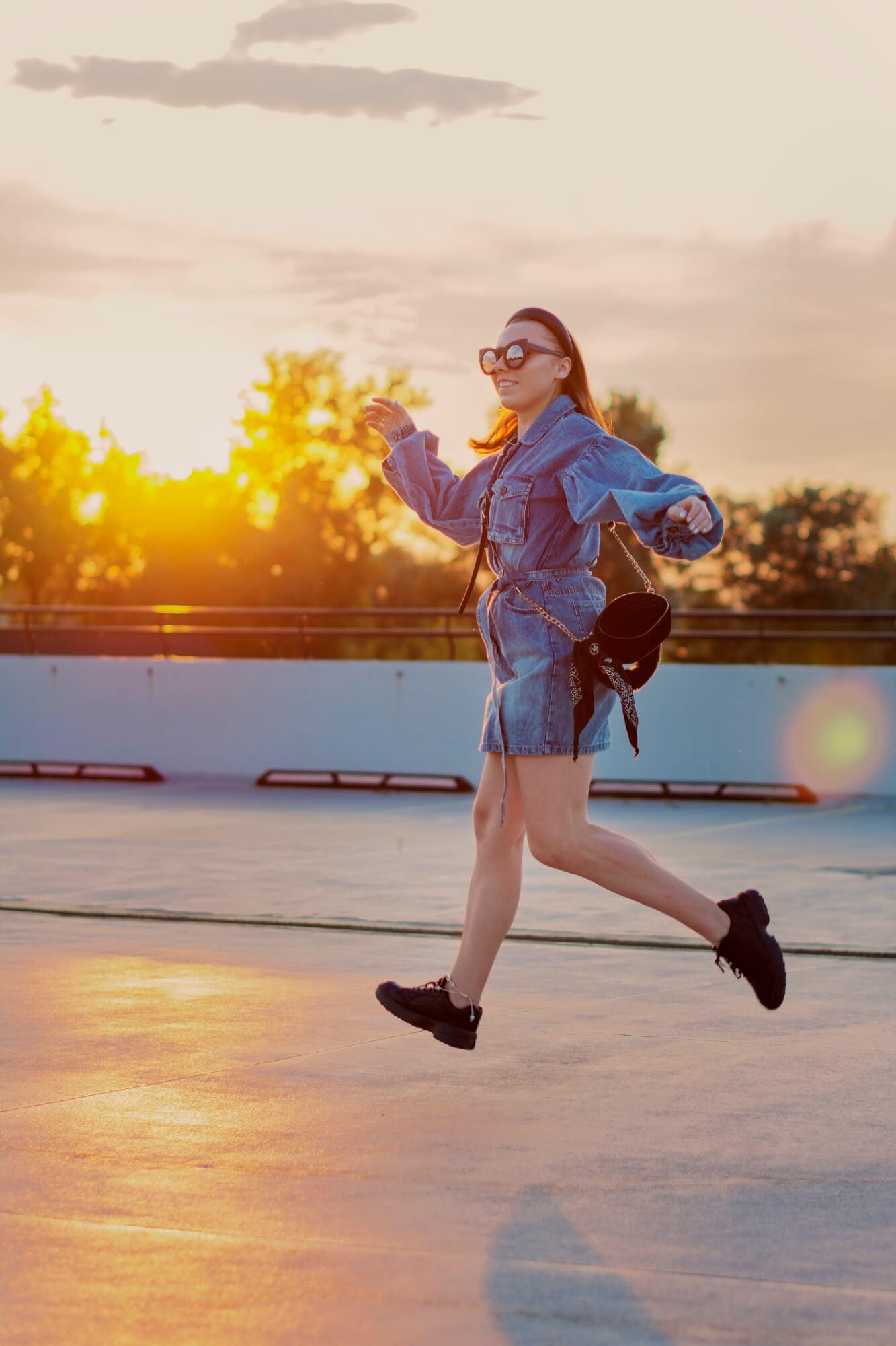blog modowy blogerka modowa karyn puławy sukienka jeansowa z bufiastymi rękawami femme luxe buty sportowe bonprix czarne torebka renee weronika nitek foto sesja look fotograf