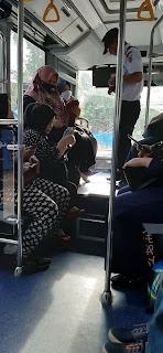 para penumpang duduk menunggua bus berangkat dari terminal bus banjarbaru