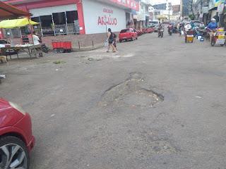 Em Guarabira  comerciantes e feirantes recalmão de buraqueira em asfalto no páteo da feila livre e pedem providencias