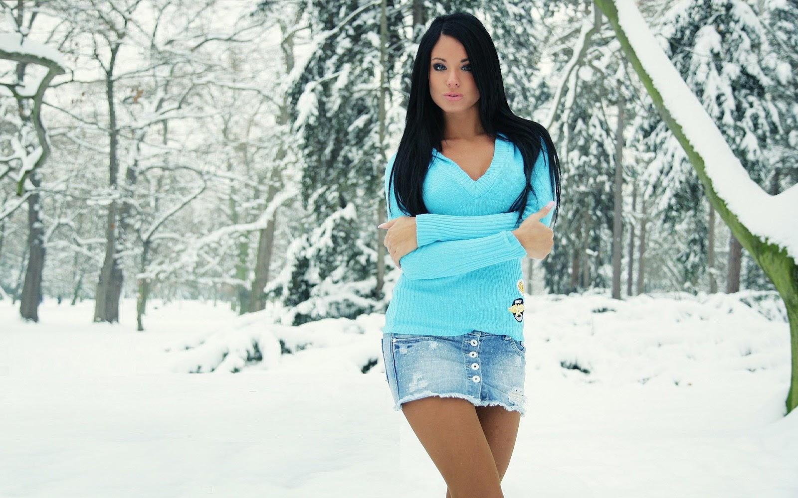 Mooie foto met vrouw in sneeuw  Mooie Leuke Achtergronden