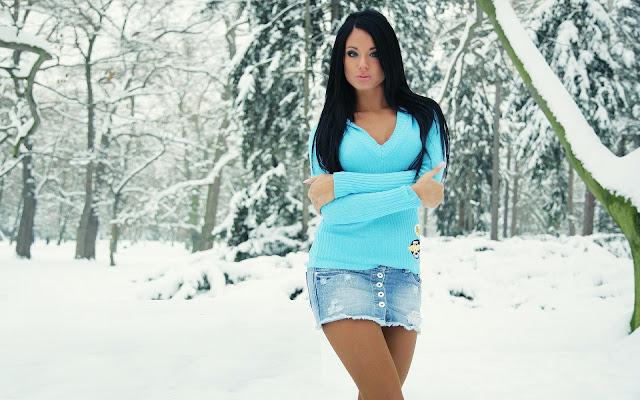 Vrouw heeft het koud buiten in de sneeuw