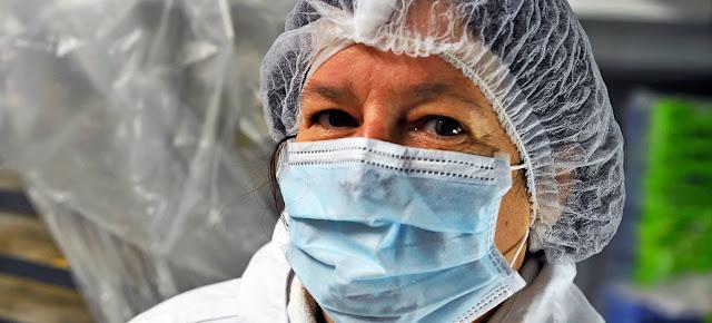 Esta mujer trabaja en la cocina de un hospital en Francia.OIT Photo/Marcel Crozet