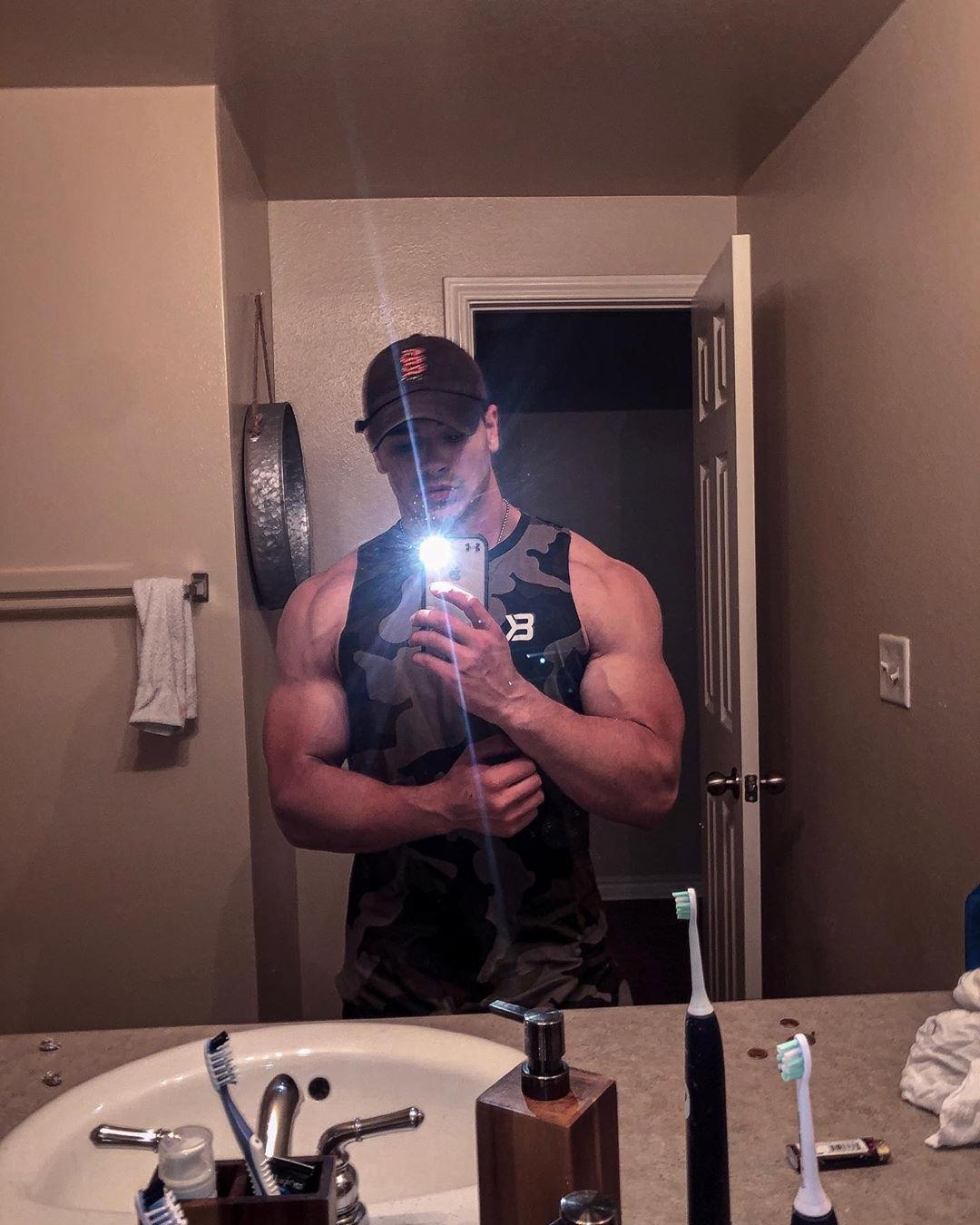 anonymous-young-grindr-gay-muscle-masc-str8-top-bathroom-hooku-sexy-selfie