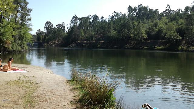 águas da Barragem da Queimadela e pessoas na Margem