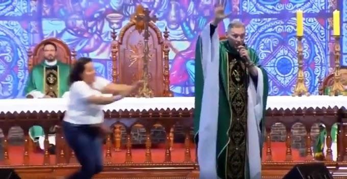Padre Marcelo é violentamente agredido em missa por mulher que invade palco, veja o vídeo: