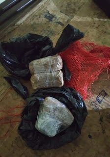 Policiais do 4º BPM encontram droga presa a arame de muro de presídio em Guarabira