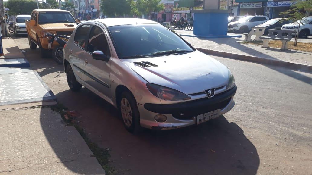 Agentes de Trânsito recuperam carro roubado que estava circulando no Centro de Chapadinha.