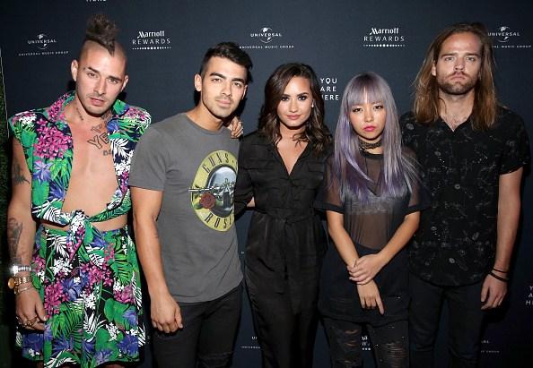 Demi Lovato canta con DNCE en concierto