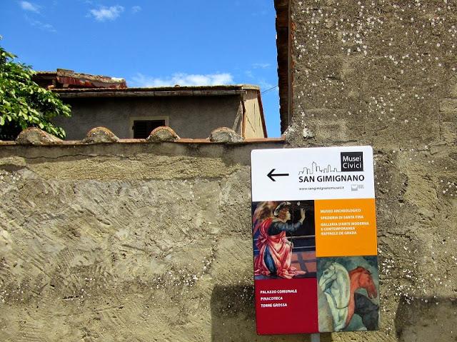 Placa sinalizando a entrada do Museo Archeologico e de outros museus de San Gimignano