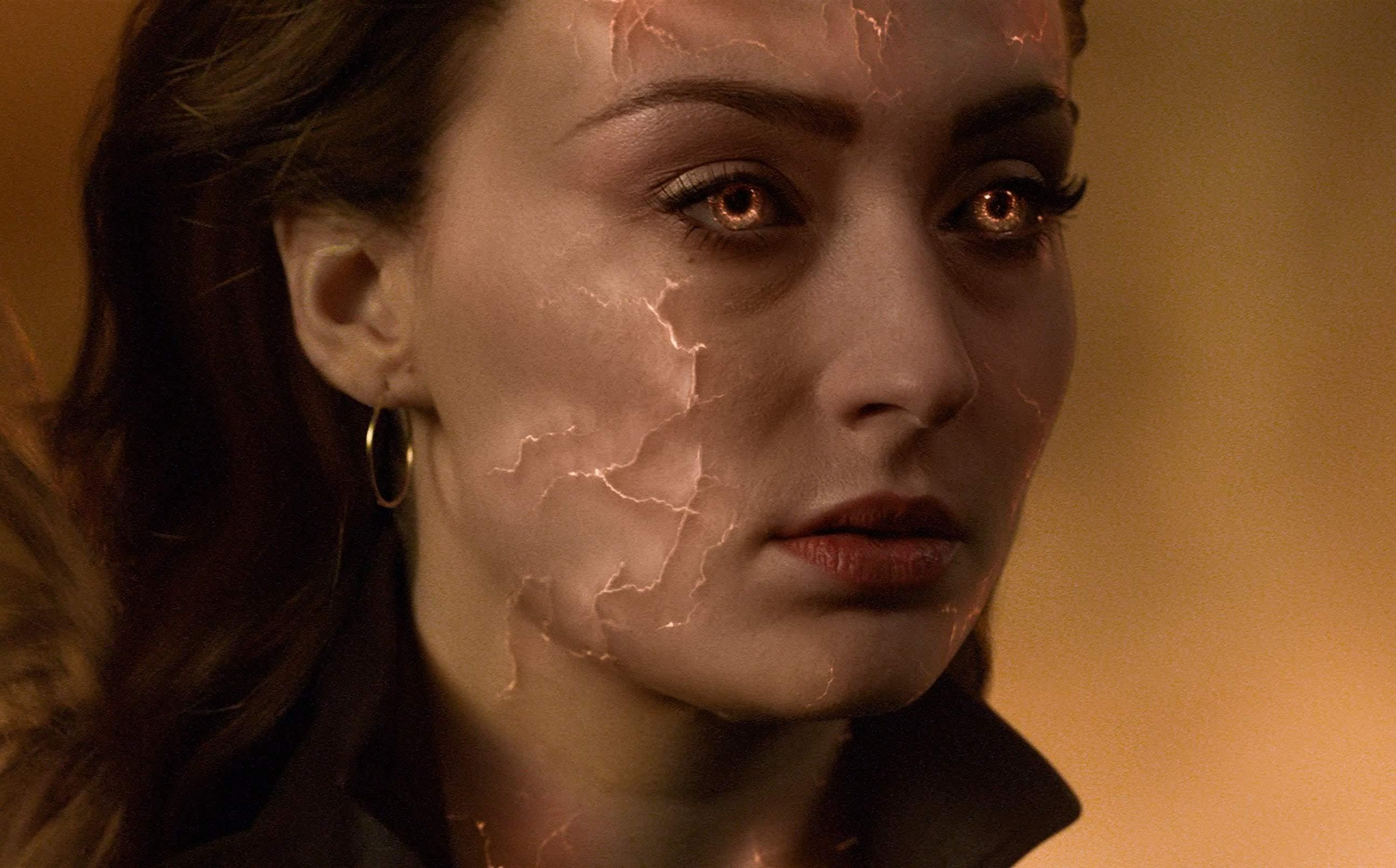 Sophie Turner and her stunt double Laura Jane Butler :「X-Men」シリーズ最終章「ダーク・フェニックス」が世界各国で封切られたソフィー・ターナーの代役をつとめているスタント・ウーマンのローラさんが、まるで双子のように見えるソックリのビックリ ! ! 😲