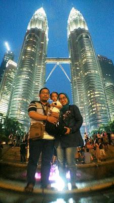 foto keluarga dengan latar petronas tower di kuala lumpur malaysia