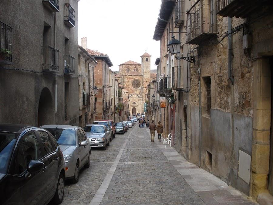 Una de las calles que flanquean a la Plaza Mayor y que sube al Castillo