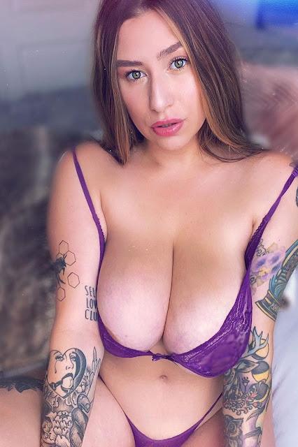 Enormous cleavage of huge boobs in purple bra (photo)
