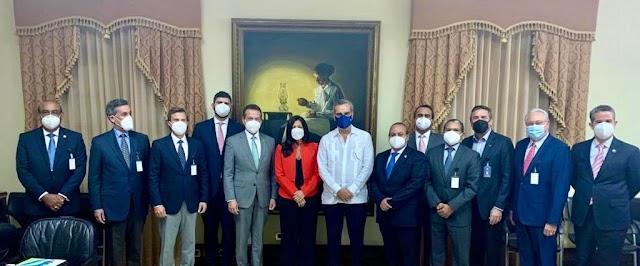 ADOZONA PRESENTA PROYECCIONES DE CRECIMIENTO DEL SECTOR AL PRESIDENTE LUIS ABINADER