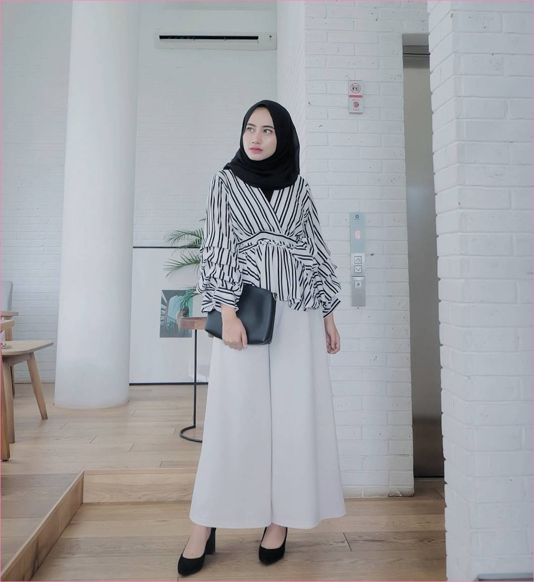Outfit Celana Cullotes Untuk Hijabers Ala Selebgram 2018 top blouse stipe mangset high heels wedges loafers and slip ons cullotes pallazo putih hijab pashmina diamond ciput rajut clutch dompet ootd trendy