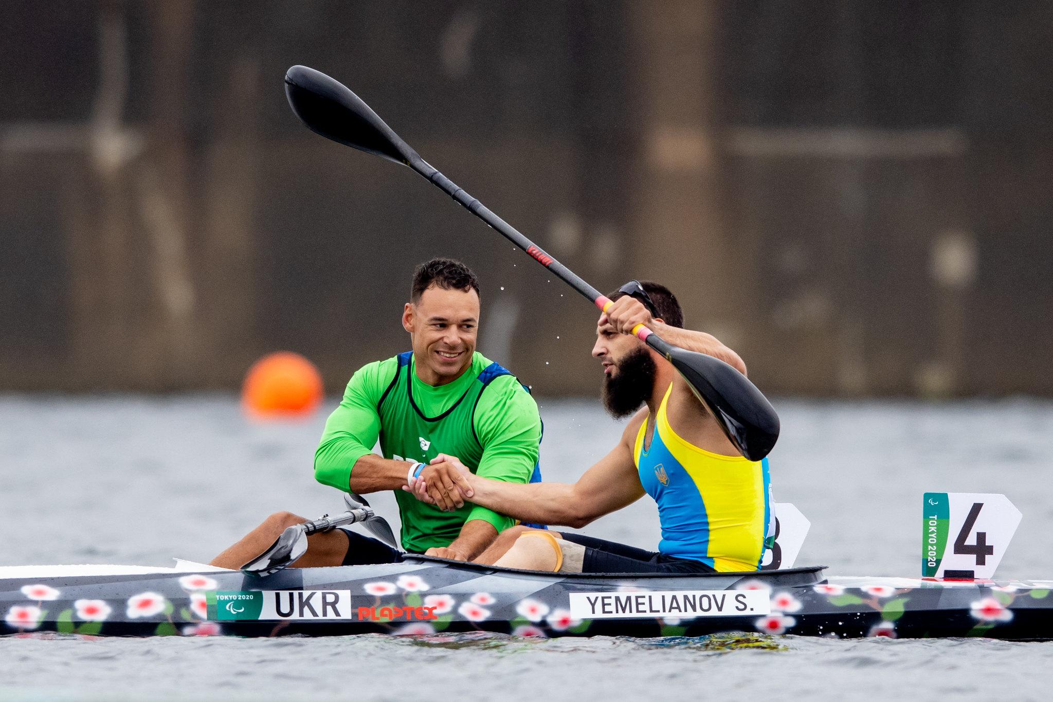 Brasileiro e ucraniano dão as mãos em suas canoas