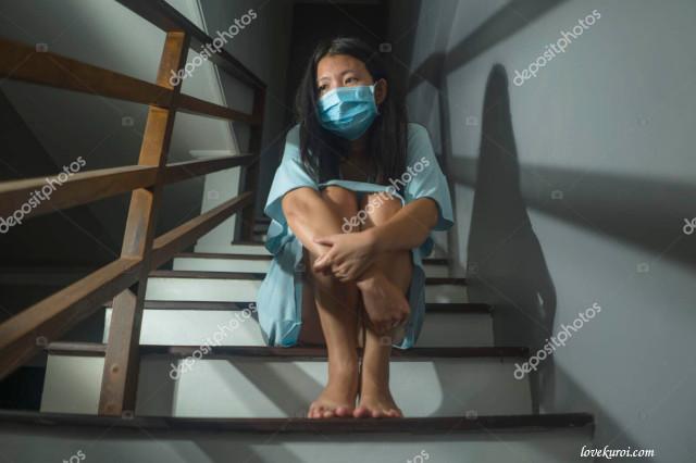 Японка на лестнице в медицинской маске
