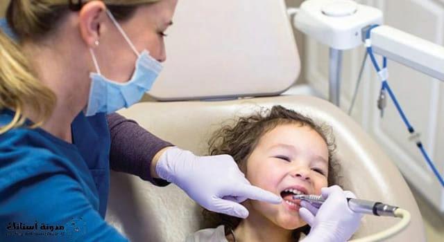 علاج تسوس الأسنان اللبنية عند الأطفال.