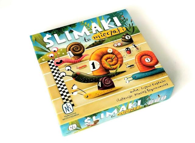 na zdjęciu opakowanie gry a na nim kolorowe ślimaki wkraczające na metę