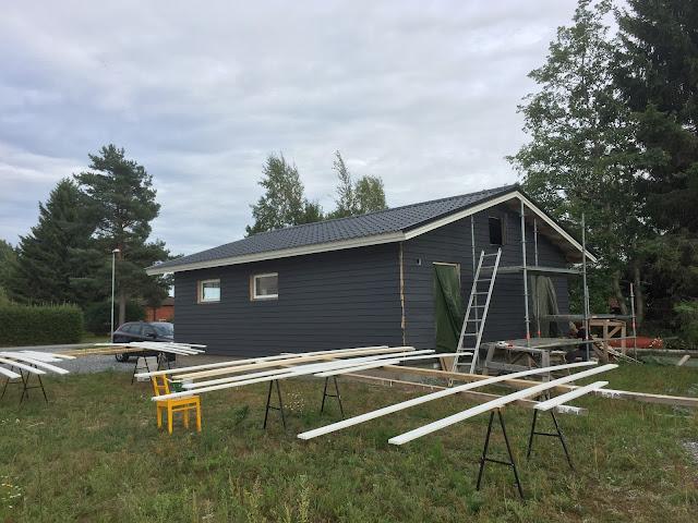 612x, tummanharmaa talo, tummanharmaa ulkomaali, Teknos Panu talomaali kokemuksia, Jukkatalo, talon maalaaminen vinkkejä
