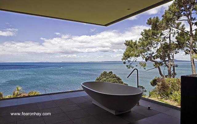 Baño con paredes de vidrio abiertas de la residencia