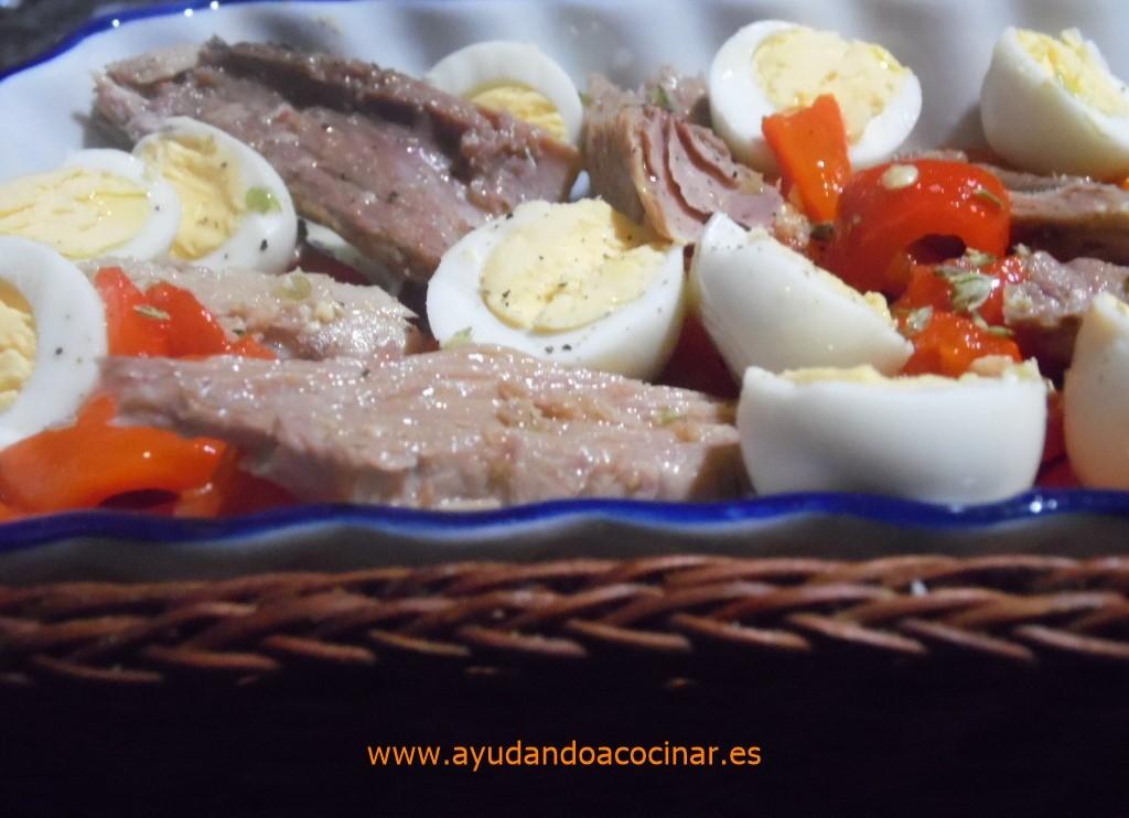 Ensalada De Pimiento Rojo Asado Con Melva Y Huevos De Codorniz